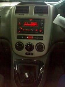 Dash tengah - terdapat pemain CD, saluran penyaman udara dsb.